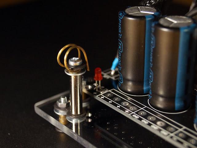 Крепежная стойка для прокладки внутренней проводки усилителя
