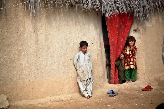 En el sur y centro de Afganistán, la forma más común de vivienda es una granja fortificada construida de barro y paja.