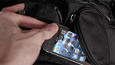 18χρονος βούτηξε κινητό αλλά συννελήφθη