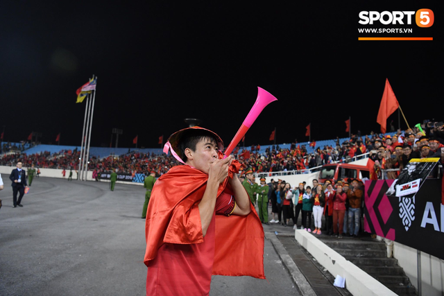 "AFF Cup champion, Duy Manh did not forget the gratitude for ""silent heroes"" at My Dinh"