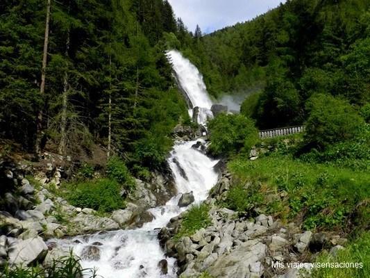 Cascada de Stubeinfall en el valle de Ötztal, Tirol, Austria