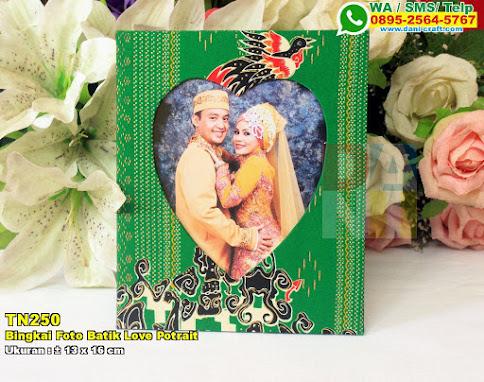 Bingkai Foto Batik Love Potrait