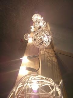 Világító fénysorra tett madzag gömbök
