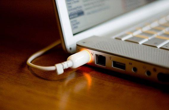 bolehkah menggunakan laptop sambil di cas, akibat mencharge laptop terlalu lama, efek menggunakan laptop sambil di cas