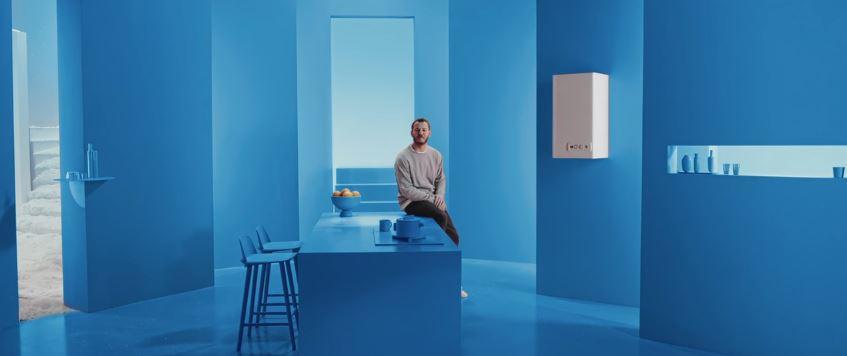 Modello e modella Enel Energia pubblicità con neve e sci con Foto - Testimonial Spot Pubblicitario Enel Energia 2016