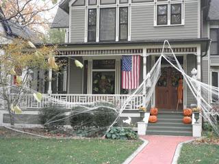 casa decorata con zucche e ragnatele