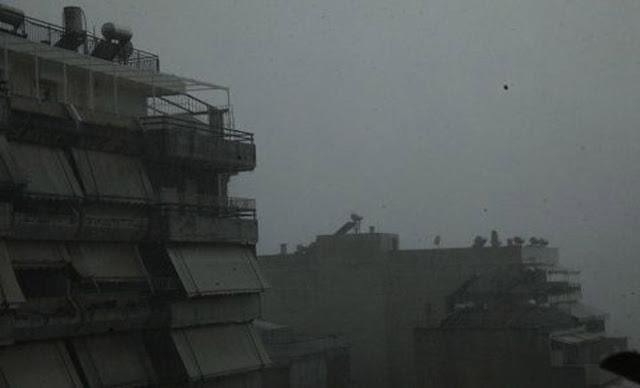 Κεραυνός άνοιξε τρύπα σε πολυκατοικία στον Βόλο! [Εικόνα]