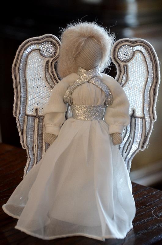 Biało-srebrny aniołek ze skrzydłami w technice sutasz.
