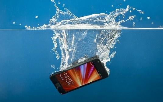 Cara Mengatasi Handphone Yang Jatuh Ke Laut atau Terkena Air Laut atau Air Garam