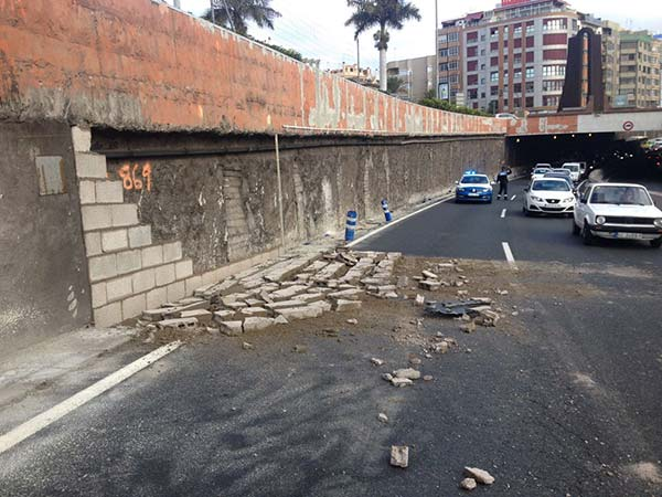 caída  parte muro en avenida Marítima, sobre carril