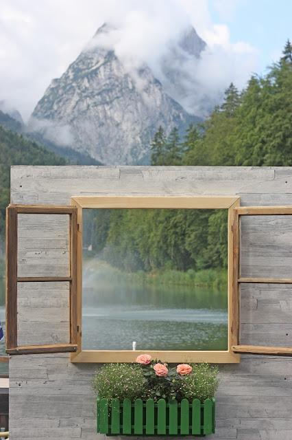 Photobooth Fenster zum See - Vintage-Hochzeit im Sommer im Riessersee Hotel Garmisch-Partenkirchen, Bayern - Vintage wedding in Germany, Bavaria, lake & mountains