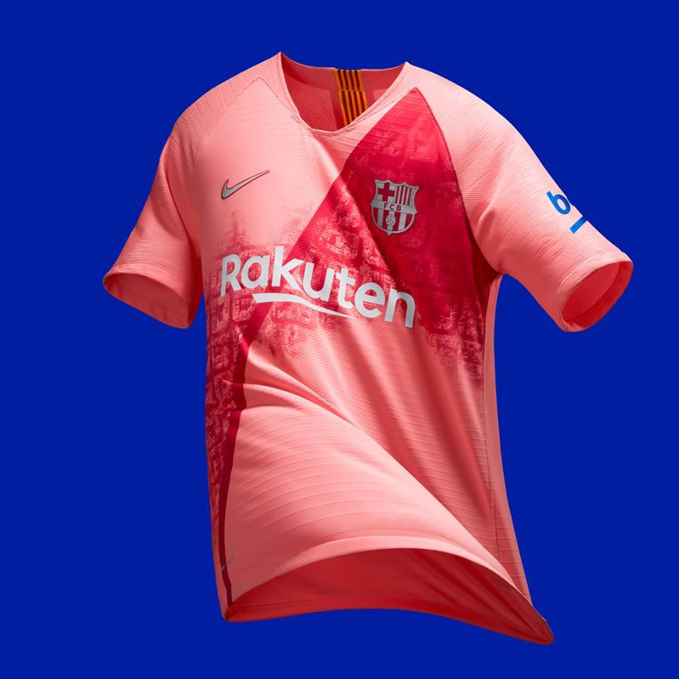 Il vivace design bicolore della camicia Nike sfoggia una fascia dinamica  ispirata a una delle strade più famose della città catalana in cui il rosso  scuro ... 157e50068