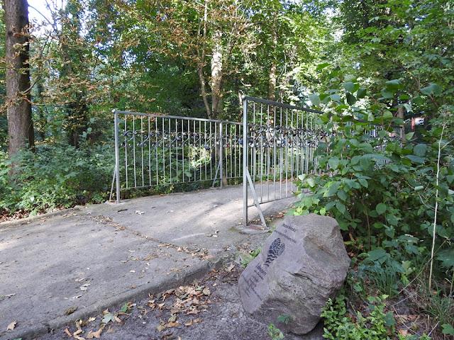 w parku w Lubniewicach znajduje się mostek miłości