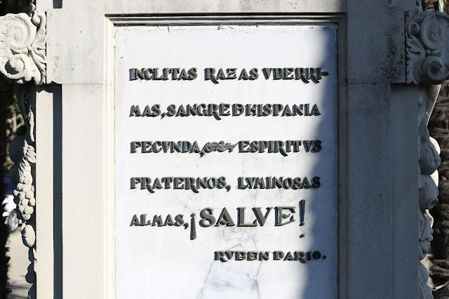 Monumento a la Raza - Detalle del texto delantero