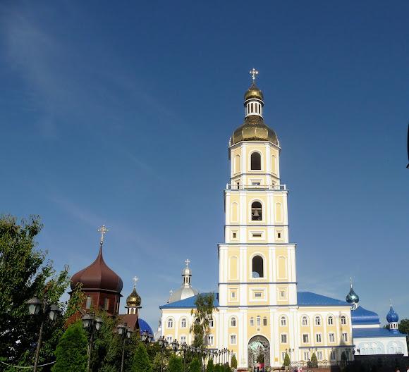 Банчены. Свято-Вознесенский монастырь. Колокольня и деревянный храм