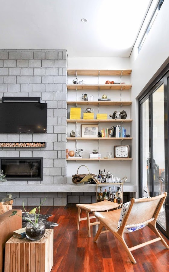 Salón con tv sobre la chimenéa