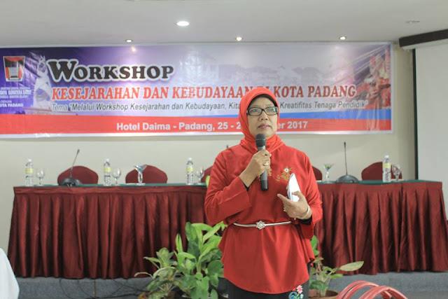 Ketua Panitia, Dra. Zusnelli Zubir, M.Hum saat memberikan pengarahan kepada para peserta workshop. (Dok. Istimewa)