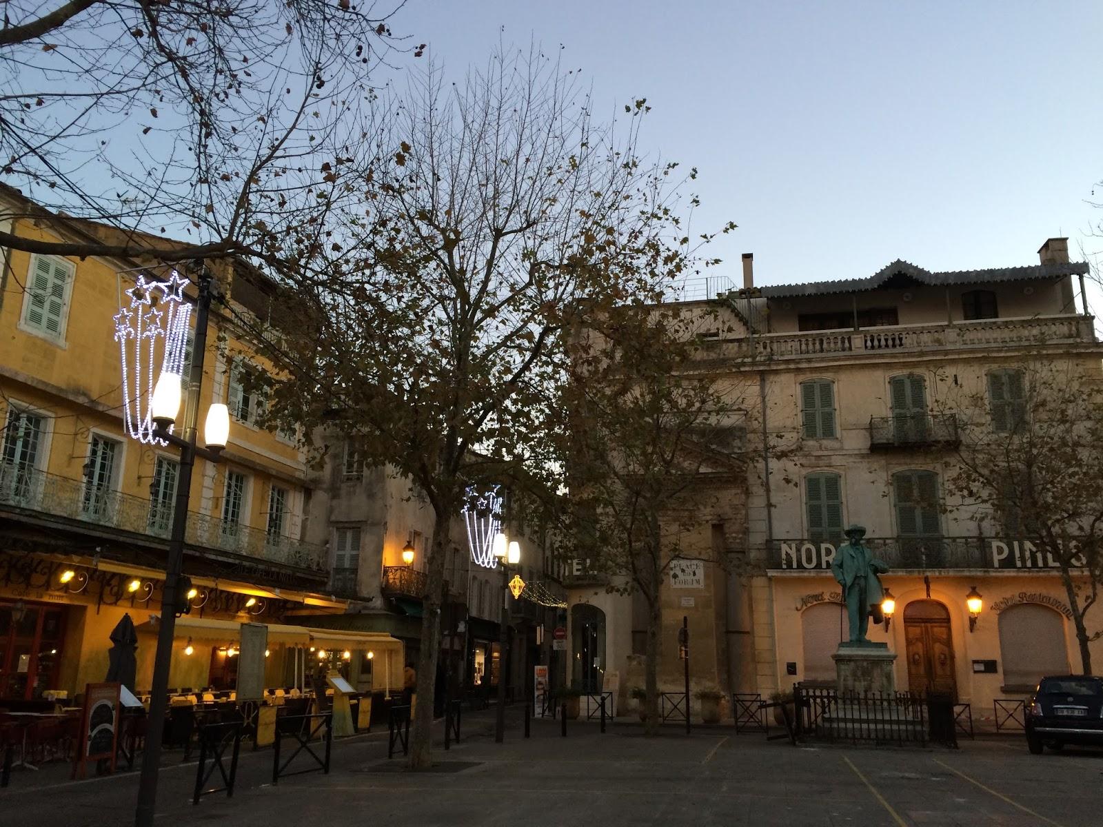 フォルム広場(Place du Foru)・Van Gogh Cafe(夜のカフェテラス)