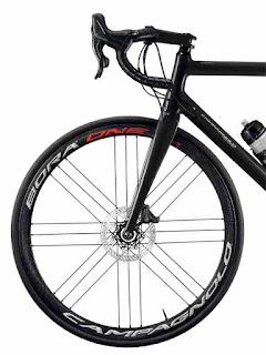 Immagine di una bici da strada con i freni a disco Campagnolo