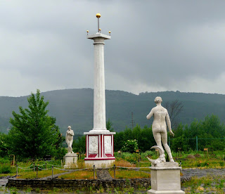 Замок Сент-Миклош. Парк. Памятник Мечу