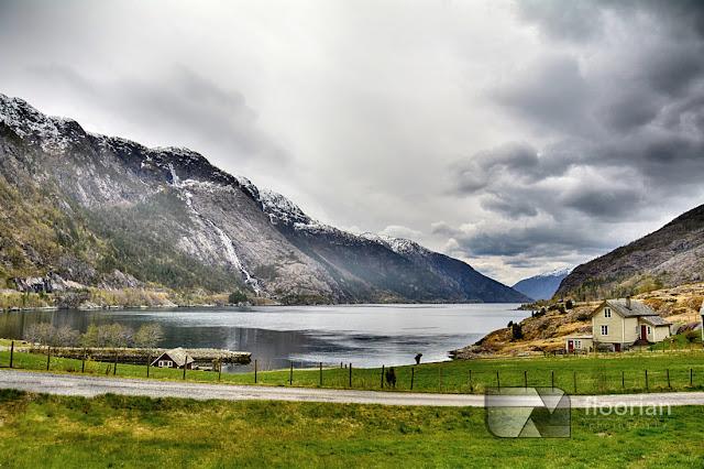 Wodospad Langfossen i Åkrafjord przy drodze w kierunku Bergen.