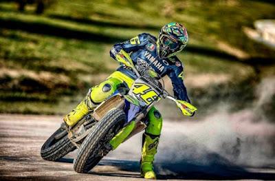 Valentino Rossi berlatih motocross