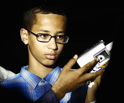 niño tiene en sus manos un reloj que confundieron por una bomba