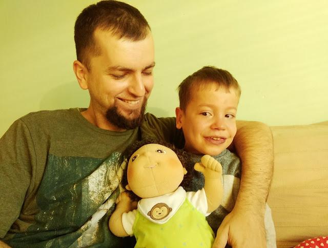 chłopiec tata lalka