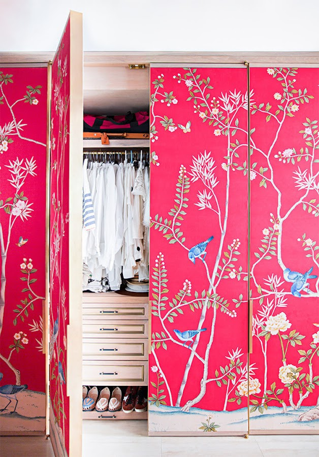 Armario con puertas forradas con papel pintado