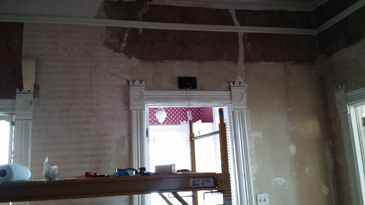 Gently Remove The Wallpaper Moved Right Along Today And Good News Is Wall Repairs Will Be Minimal Thats Not To Say It Fast