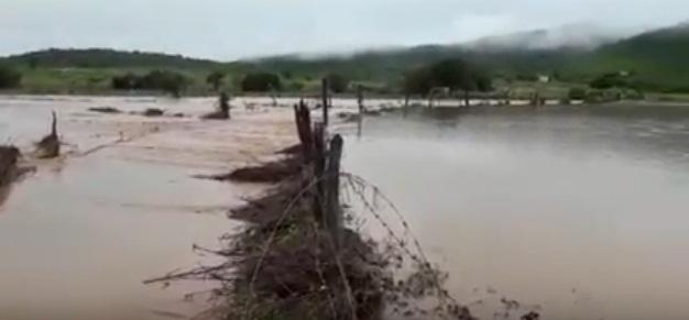 Forte chuva de 115 mm deixa rio Maracujá alagado no distrito Pitombeira de Dentro: VEJA VÍDEOS!