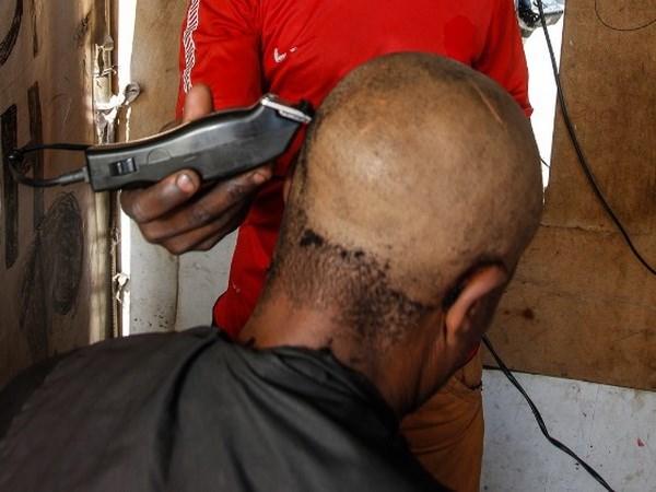 Cắt tóc có nguy cơ nhiễm virus viêm gan B và HIV