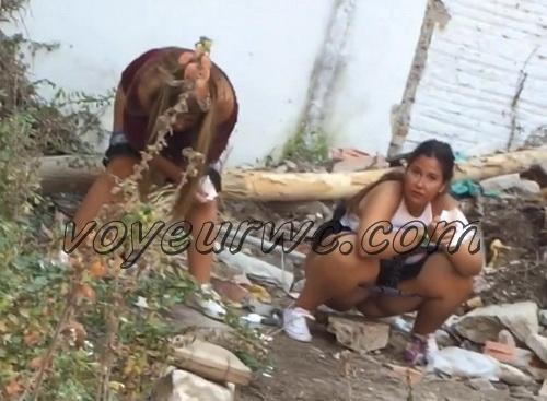 Girls Gotta Go 32 (Voyeur pee videos - Drunk spanish chicks peeing in public at festival)
