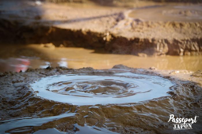 Bulle en formation dans la boue de Kamado Jigoku, Beppu, Oita
