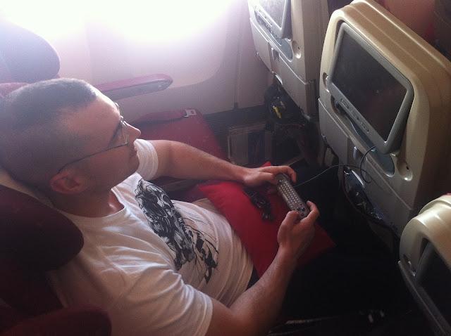 Mike jugando a uno de los juegos del avión