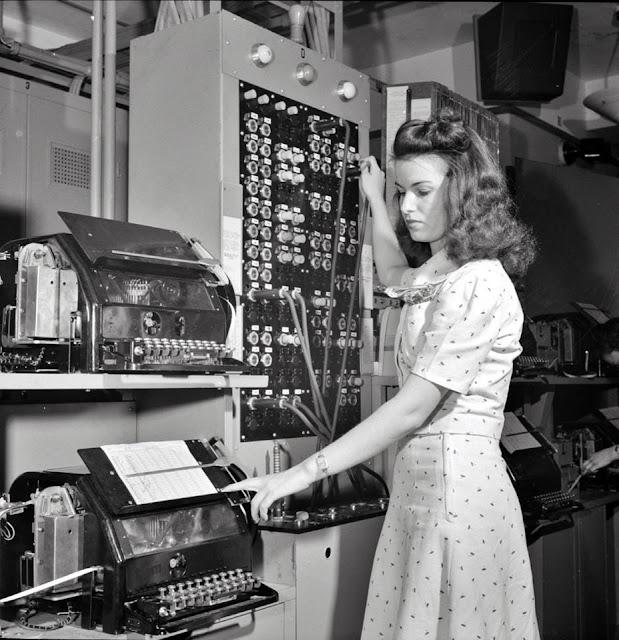 Una empleada de conmutaci n enviando un telegrama de for Oficina western union alicante