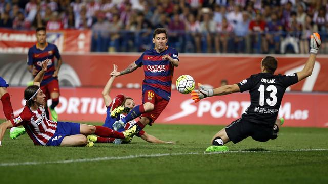 Lionel Messi marquant un but face à Jan Oblak lors du choc de la liga Atletico Madrid - Barcelone