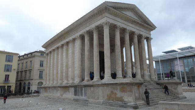 Vista imponent del temple dels fils d'August o Maison Carrée