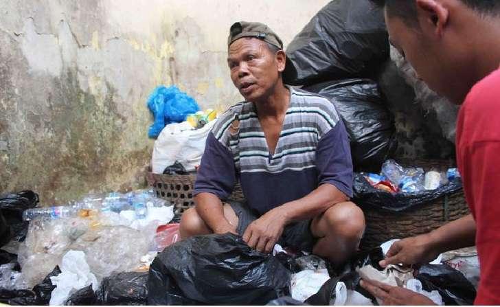 Sosok: Seorang Bripka Seladi Dari Polri Rela Cari Uang Tambahan Menjadi Pemulung