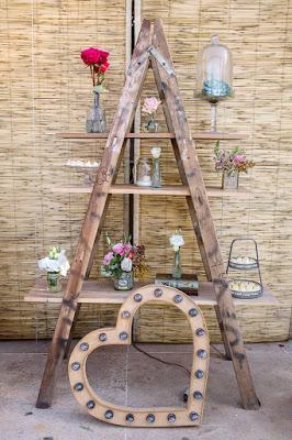 Escada de madeira com símbolos cheios de amor