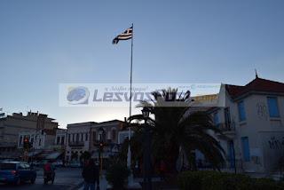 Σείστηκε η Μυτιλήνη με την ανάκρουση του εθνικού ύμνου από χιλιάδες κόσμου στην υποστολή της σημαίας (vid, pics)