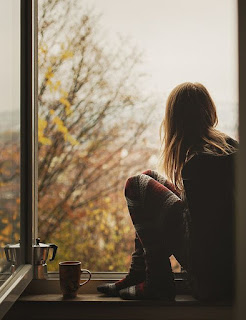 perempuan yang duduk dekat jendela