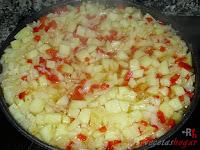 Papas, cebollas y pimiento friéndose