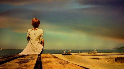 Mulher no Silêncio das Palavras Olhando o mar