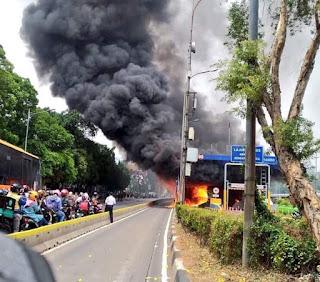 Gardu Tol Pejompongan Jl. Gatot Subroto terbakar