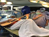 Ajaib... Selama Otaknya Dibedah Dokter, Pria Ini Bermain Gitar