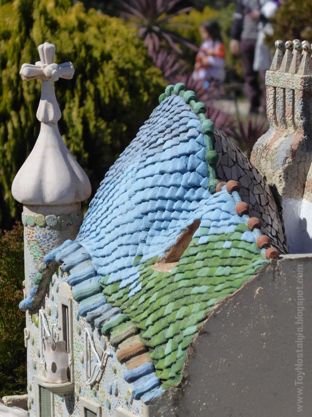 """Detalle del tejado """"lomo de dragón"""" de la casa Batlló, Antoni Gaudí - Catalunya en Miniatura - Catalonia Miniature"""