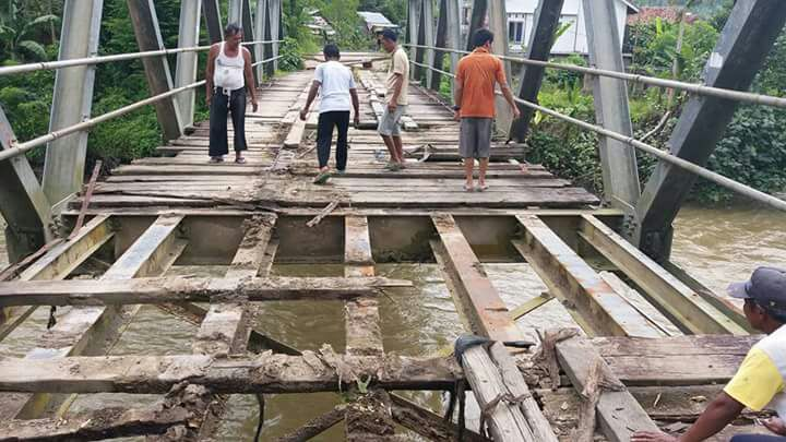 Alamak! Lantai Jembatan Jebol, Siswi SMK 'Nyemplung' Sungai