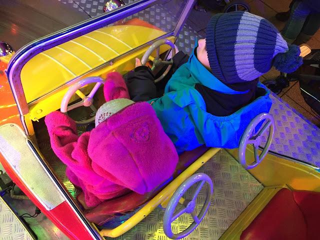 karussell fahren auf dem weihnachtsmarkt