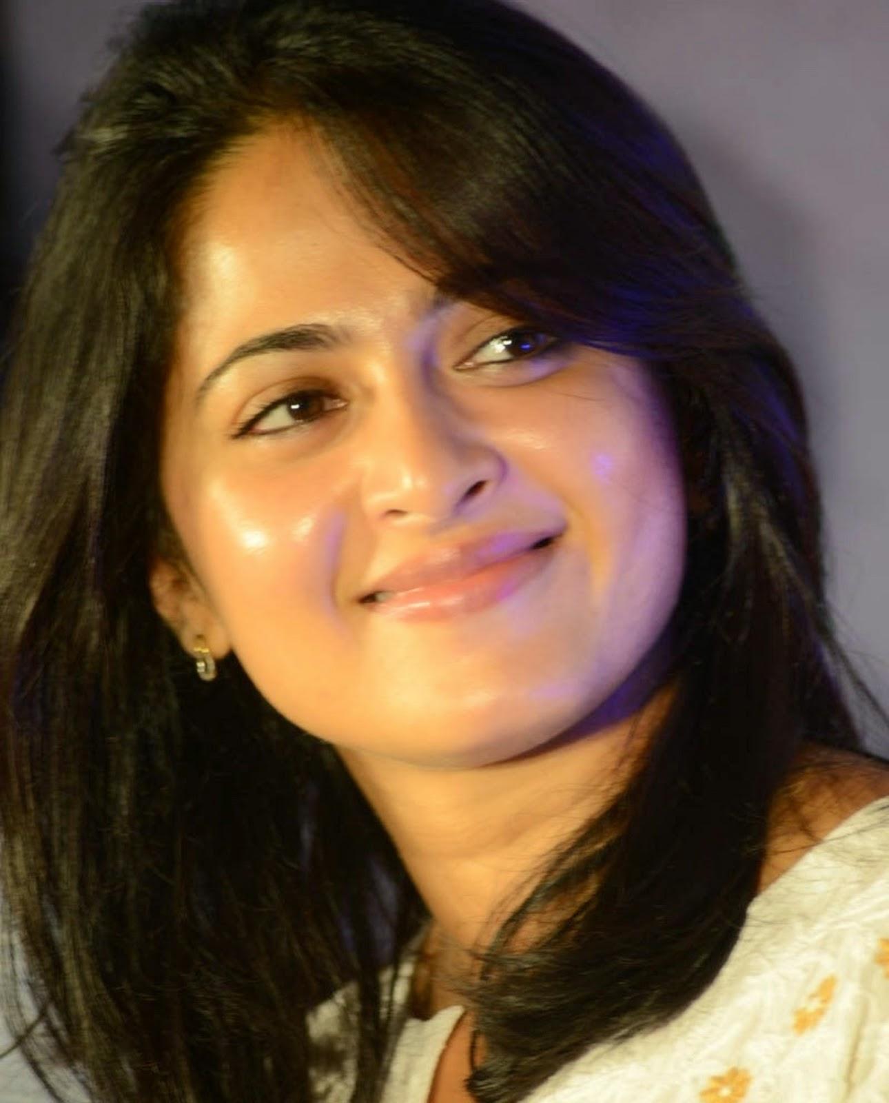 Looking Good Wallpaper: Good Looking Tamil Actress Anushka Shetty HD Wallpaper